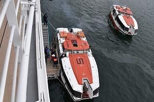 テンダーボートにて上陸