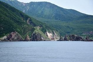 岩場の海岸線が続く奥尻島の北国岬を通過し、南へと進んでいる。
