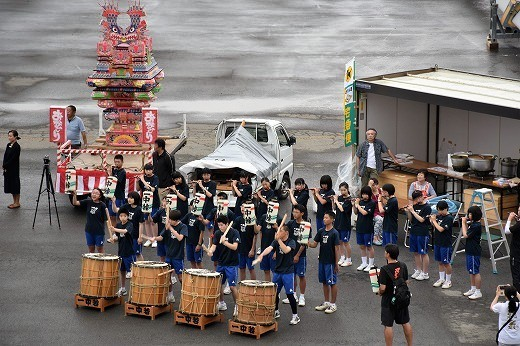 地元の学生達がお揃いの衣装をまとい、笛太鼓で迎えてくれた。