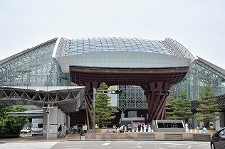 北陸新幹線開通で注目を集めたJR金沢駅。「鼓門」