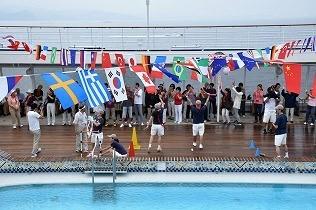 プールサイドで「2016年日本一周グランドクルーズ洋上運動会」が始まった。