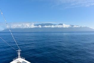 船長の粋な計らいで屋久島が見える航路に変更してくださいました。