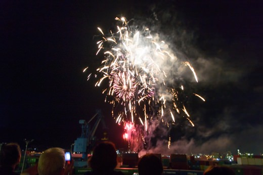 夜には右舷後方から花火が上がります。
