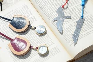 「LA STELLA」からアルバトロスと、飛鳥を型どったブックマークと、おしゃれな馬蹄ケースのついた提げ時計。