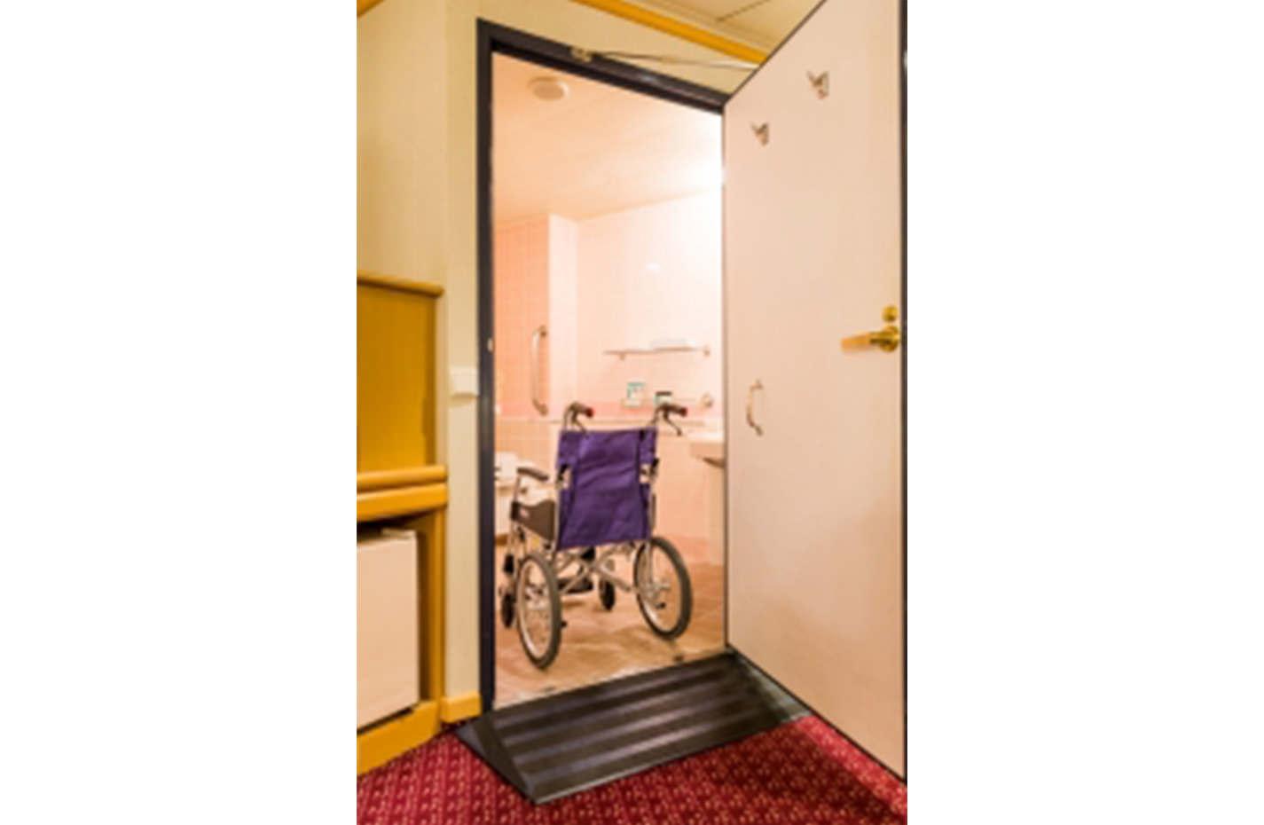車椅子対応の段差をなくした設計のバスルーム