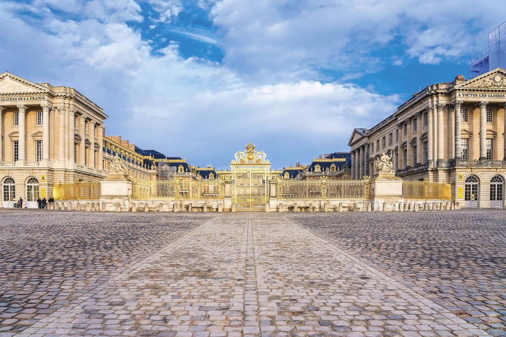 「ヴェルサイユ宮殿「戦闘の回廊」特別ディナー」へご乗船の皆様をご案内